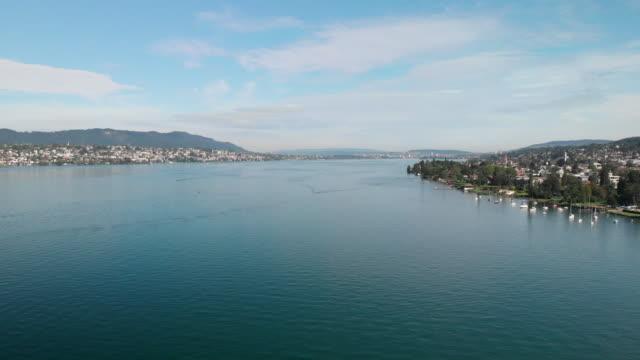 luftaufnahme des zürichsees in der schweiz - seeufer stock-videos und b-roll-filmmaterial