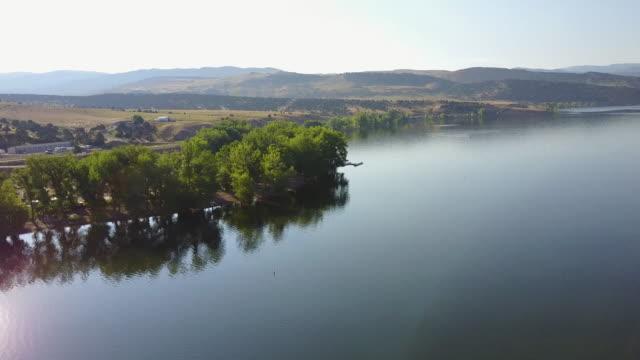 vídeos de stock, filmes e b-roll de vista aérea do lago - lago reflection