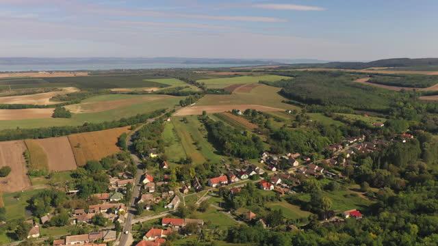 vista aerea del paesaggio e delle città intorno al lago balaton, ungheria - hungary video stock e b–roll