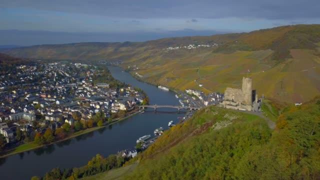 aerial view of landshut castle and bernkastel-kues, moselle river, moselle valley, rhineland-palatinate, germany - etwa 13. jahrhundert stock-videos und b-roll-filmmaterial