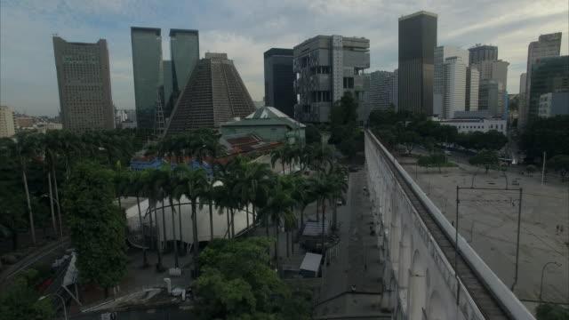 vídeos de stock, filmes e b-roll de aerial view of lapa aqueduct rio de janeiro brazil - centro da cidade