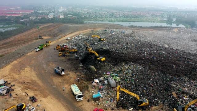 vídeos de stock e filmes b-roll de 4k aerial view of large stack garbage dump - poluição do ar