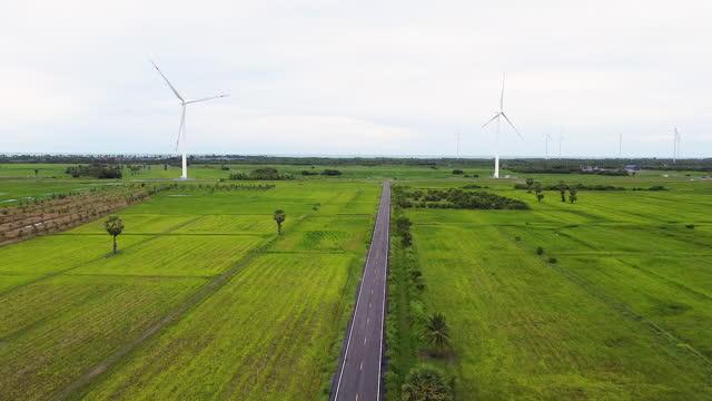 stockvideo's en b-roll-footage met luchtfoto van grote windturbines die schone duurzame energie produceren, schone energie toekomst. - clean
