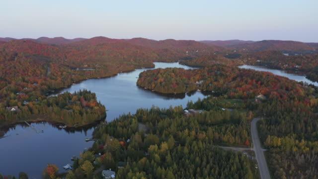 vídeos y material grabado en eventos de stock de vista aérea del paisaje de laurentian en otoño al atardecer, quebec, canadá - quebec
