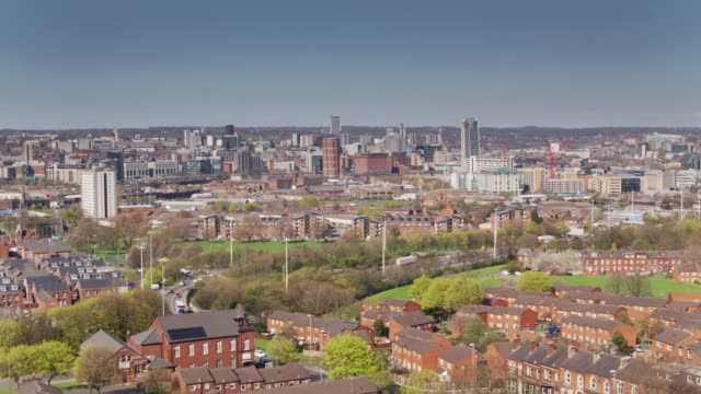 vídeos de stock e filmes b-roll de aerial view of leeds city centre from holbeck - yorkshire