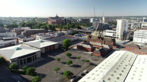 vídeos y material grabado en eventos de stock de aerial view of leeds city centre - leeds