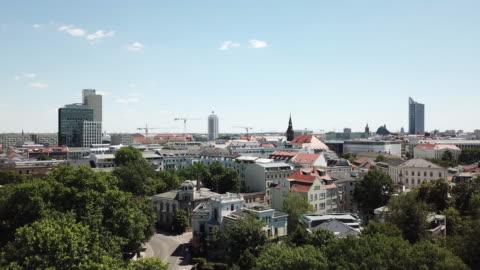 luftaufnahme des leipziger skyline im sommer - tag stock-videos und b-roll-filmmaterial
