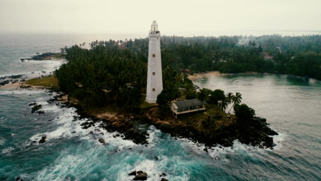 vídeos de stock e filmes b-roll de aerial view of lighthouse in sri lanka - sri lanka