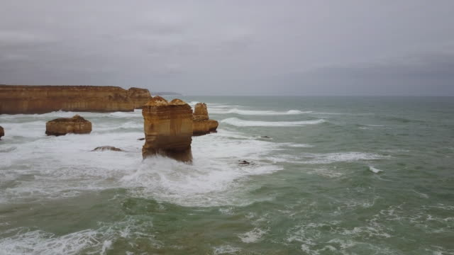 vidéos et rushes de aerial view of limestone formations east of loch ard gorge, 12 apostles, great ocean road, victoria - roche sédimentaire