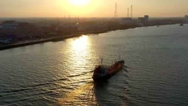 vídeos y material grabado en eventos de stock de vista aérea de la nave de gas natural licuado de gnl con tanques al atardecer - gas natural