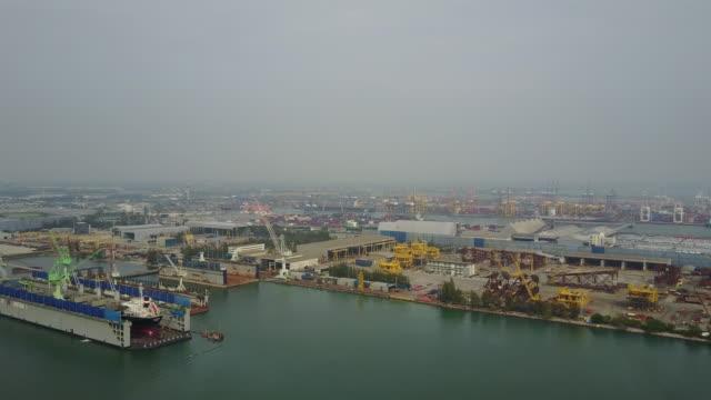 vídeos y material grabado en eventos de stock de vista aérea del puerto logístico - grulla de papel