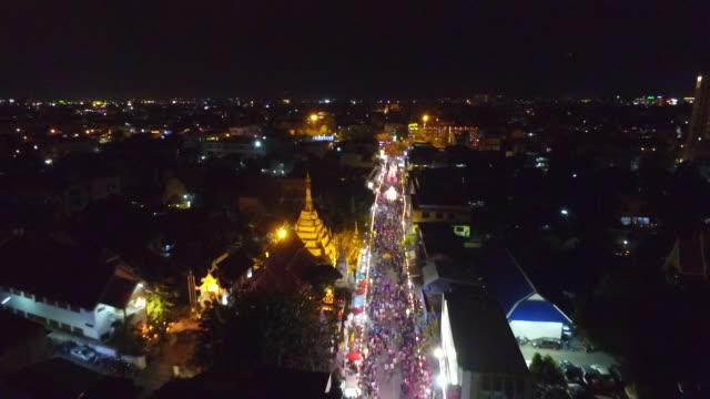 vídeos de stock, filmes e b-roll de aerial view of loi krathong festival at night - província de chiang mai