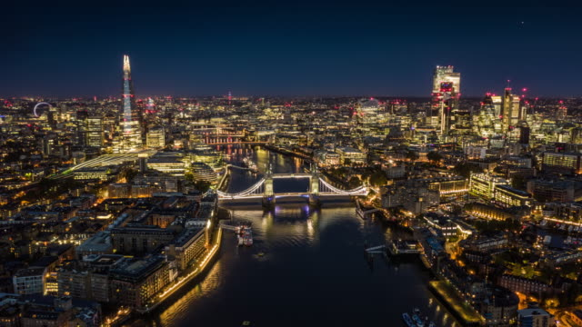 vídeos de stock e filmes b-roll de aerial view of london skyline - hyperlapse - vista aérea