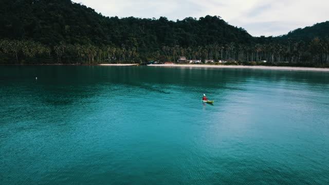 luftaufnahme des einsamen kanu im meer in thailand. - ruderboot stock-videos und b-roll-filmmaterial
