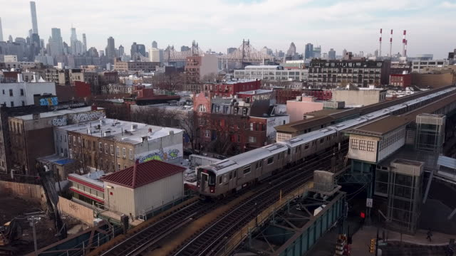vídeos de stock, filmes e b-roll de aerial view of long island city, queens - brooklyn new york