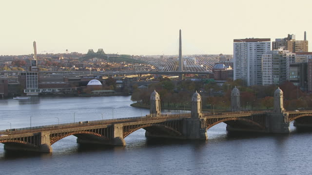 aerial view of longfellow bridge over charles river, cambridge, massachusetts, united states of america - ザキム・バンカーヒル橋点の映像素材/bロール