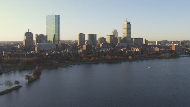 vidéos et rushes de aerial view of longfellow bridge over charles river with skyline in boston, massachusetts, united states of america - pont longfellow
