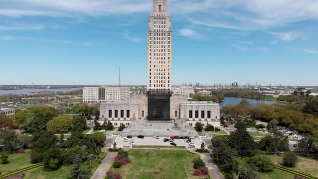 aerial view of louisiana state capitol building in baton rouge louisiana - baton rouge stock-videos und b-roll-filmmaterial