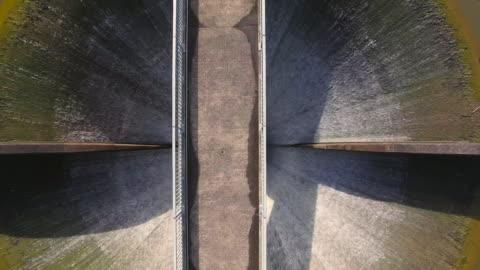 stockvideo's en b-roll-footage met aerial view of lower huia dam, auckland, new zealand. - dam mens gemaakte bouwwerken
