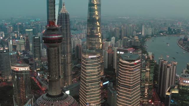 vidéos et rushes de vue aérienne du quartier financier de lujiazui, shanghai, chine. - quartier financier