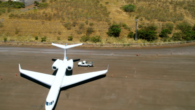 aerial view of luxury private jets maui usa - hawaii inselgruppe stock-videos und b-roll-filmmaterial