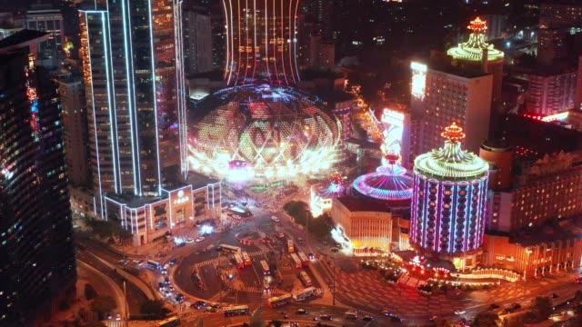 luftaufnahme von macau über die stadt während der nachtzeit. reiseziel und sehenswürdigkeiten - macao stock-videos und b-roll-filmmaterial
