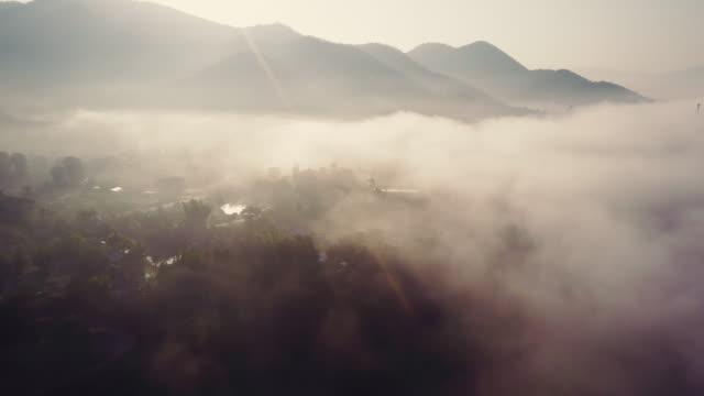 Vue aérienne de Mae Hong Son à travers les nuages au coucher du soleil