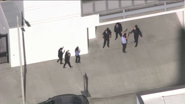 vidéos et rushes de aerial view of man taken into custody after bank robbery, bomb threat in downtown l.a. on october 26, 2015.the call initially came out as a man who... - braqueur de banque