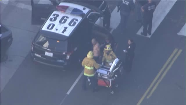 vidéos et rushes de aerial view of man taken into custody after bank robbery, bomb threat in downtown l.a. on october 26, 2015. - braqueur de banque