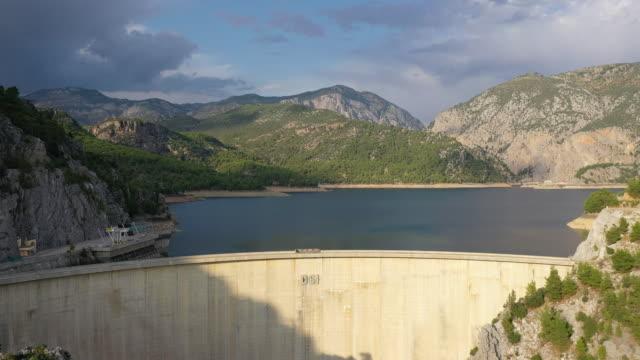 stockvideo's en b-roll-footage met luchtfoto van de dam van manavgat - dam mens gemaakte bouwwerken