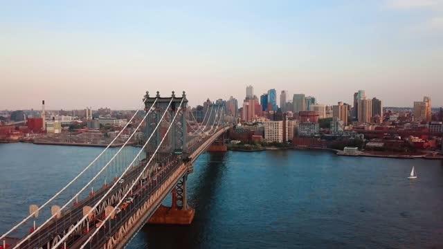 vidéos et rushes de vue aérienne du pont de manhattan et du centre-ville de brooklyn - jour