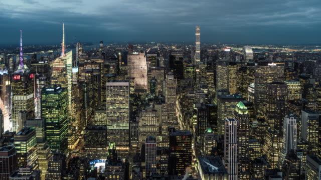 t / l flygfoto över manhattan skyline, från skymning till natt / nyc - fönsterrad bildbanksvideor och videomaterial från bakom kulisserna