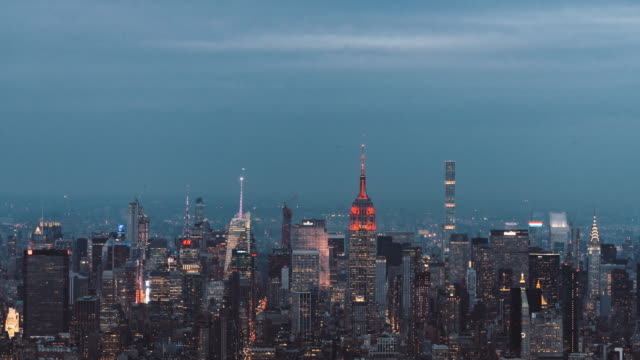 vídeos de stock, filmes e b-roll de t/l td antena vista do horizonte de manhattan, do entardecer à noite / nyc - distrito da moda manhattan