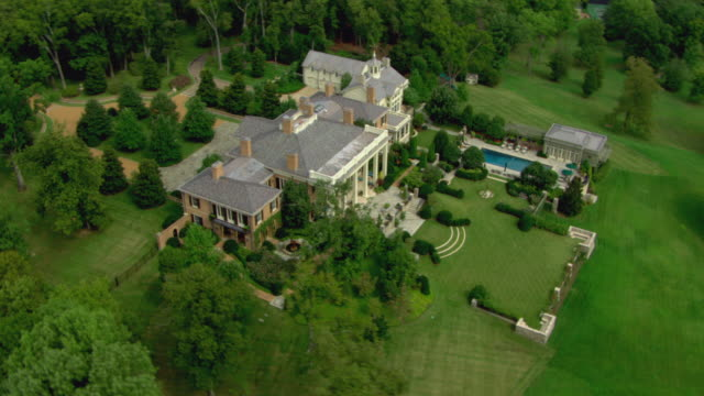 stockvideo's en b-roll-footage met aerial view of mansion surrounded by trees, nashville, tennessee, united states of america. - landhuis