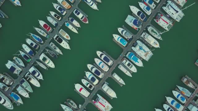 vídeos de stock, filmes e b-roll de vista aérea da marina, pattaya - atracado