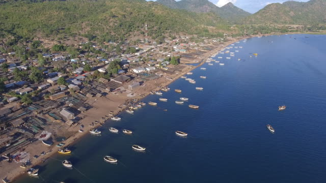 vídeos de stock e filmes b-roll de aerial view of masaka fishing village - malávi