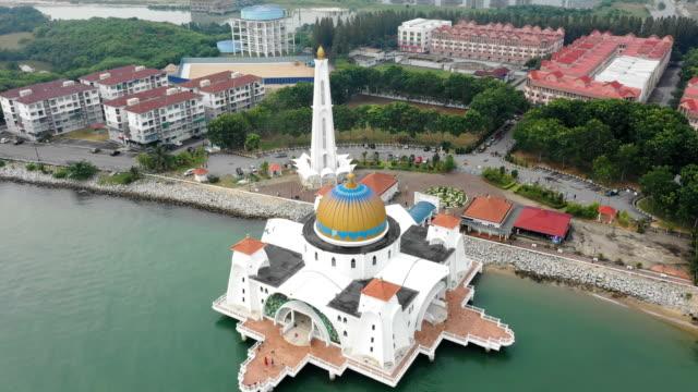 vídeos y material grabado en eventos de stock de aerial view of masjid selat melaka at daytime,malacca,malaysia - cultura malasia