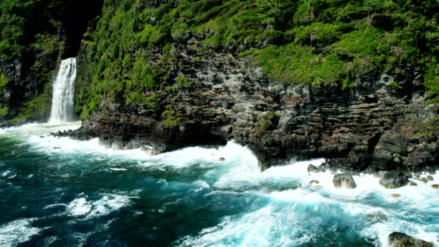 aerial view of maui waterfall pacific ocean usa - hawaii inselgruppe stock-videos und b-roll-filmmaterial
