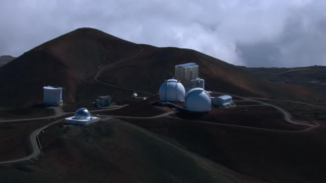 vidéos et rushes de aerial view of mauna kea observatories on the island of hawaii. - observatoire