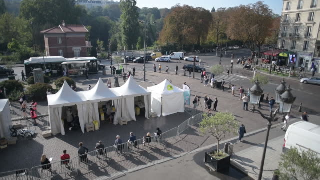 vidéos et rushes de aerial view of medical tents where covid-19 tests are performed in paris, france, on monday, september 21, 2020. - tente