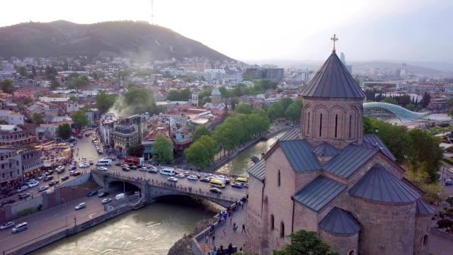vídeos y material grabado en eventos de stock de aerial view of metekhi church in tbilisi located on cliff near river kura. georgia - georgia