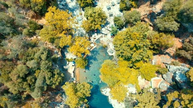 vidéos et rushes de vue aérienne de la cascade de mıhlı - mont ida (ida) - canyon
