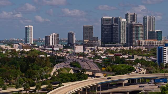 vidéos et rushes de vue aérienne de miami design district et julia tuttle causeway au-dessus de la grande jonction surélevée de l'interstate-95 et de l'interstate-195 à north miami, en floride. des images b-roll fabriquées par drone. - grands axes de circulation