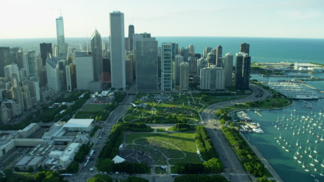 aerial view of millennium park chicago - lago michigan video stock e b–roll