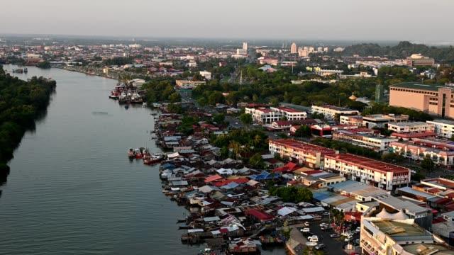 ボルネオ島のミリ、マレーシアの航空写真 - サラワク州点の映像素材/bロール