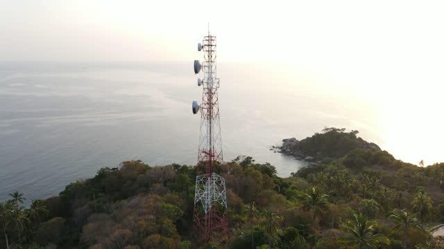 vídeos de stock, filmes e b-roll de vista aérea 4k da torre de comunicação de telefones celulares - bay of water