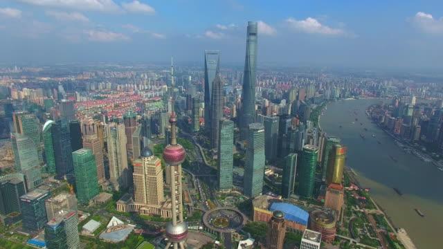 川の近くの近代的な都市のミッドタウンで近代的な建物の空中写真 - 上海点の映像素材/bロール