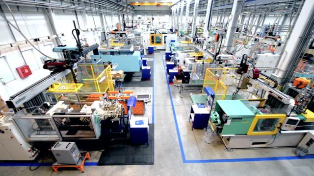 vidéos et rushes de vue aérienne de l'usine moderne - usine automobile