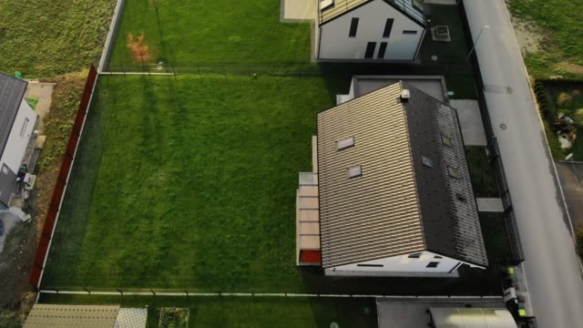 aerial view of modern houses with big backyard lawns - prato rasato video stock e b–roll