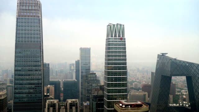 Flygfoto över moderna delen av Peking city i en dimmig dag